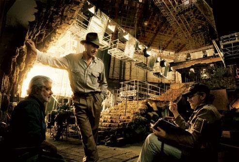 Фільм «Індіана Джонс і королівство кришталевого черепа» (2008): Джордж Лукас, Гаррісон Форд, Стівен Спілберґ 493x333