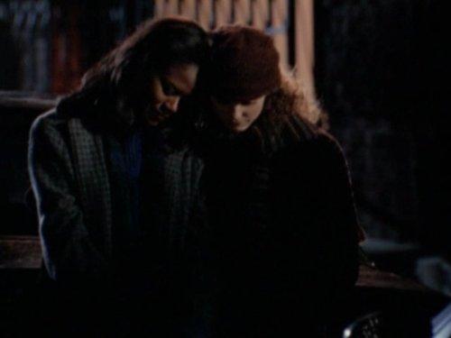 Серіал «Фелисити» (1998 – 2002): Танги Миллер, Кері Рассел 3 сезон, 13 епізод — «Blackout» 500x375