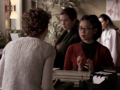Серіал «Фелисити» (1998 – 2002): Кэйко Аджена, Кері Рассел 2 сезон, 16 епізод — «Revolutions» 500x375