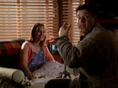 Сериал «Фелисити» (1998 – 2002): Эми Джо Джонсон, Грег Гранберг 1 сезон, 19 эпизод — «Docuventary» 500x375