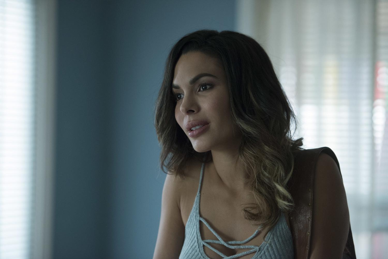 Сериал «Шесть» (2017 – 2018): Надин Веласкес 2 сезон, 3 эпизод — «Дуа» (Dua) 1500x1001