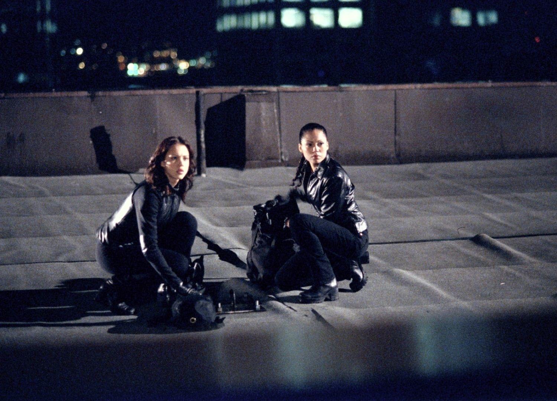 Серіал «Темний ангел» (2000 – 2002): 1 сезон, 18 епізод — «Вернись, сестрёнка» (I and I Am a Camera) 1500x1078