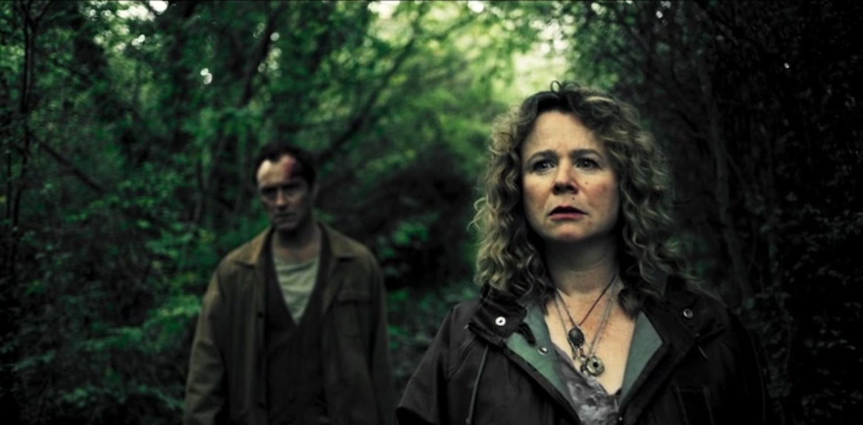 Серіал «Третій день» (2020): Джуд Лоу, Емілі Вотсон 1 сезон, 3 епізод — «Воскресенье - дух» (Sunday - The Ghost) 1500x741