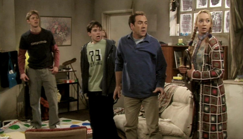 Серіал «Моя семья» (2000 – 2011): Гэбриел Томсон, Шива Хейес, Роберт Ліндсей, Кріс Маршалл 4 сезон, 3 епізод — «The Great Escape» 1500x860