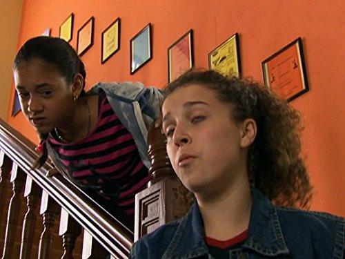 Серіал «История Трейси Бикер» (2002 – 2006): Дені Хармер, Монтанна Томпсон 3 сезон, 14 епізод — «Mind Your Own Business» 500x375