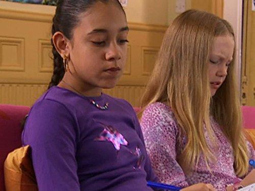 Серіал «История Трейси Бикер» (2002 – 2006): Челси Пэдли, Монтанна Томпсон 2 сезон, 18 епізод — «Secrets and Lies» 500x375