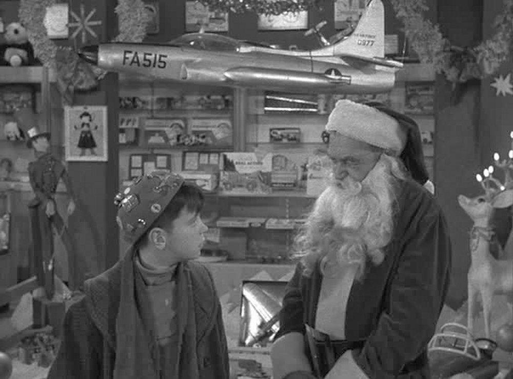 Серіал «Альфред Гічкок представляє» (1955 – 1962): Беррі Фицджералд 1 сезон, 12 епізод — «Санта Клаус и паренек с Десятой Авеню» (Santa Claus and the 10th Avenue Kid) 1000x740