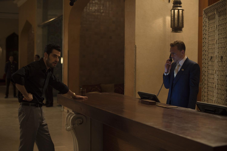 Серіал «Нічний адміністратор» (2015): Дэвид Эйвери, Том Гіддлстон 1 сезон, 1 епізод 1500x998