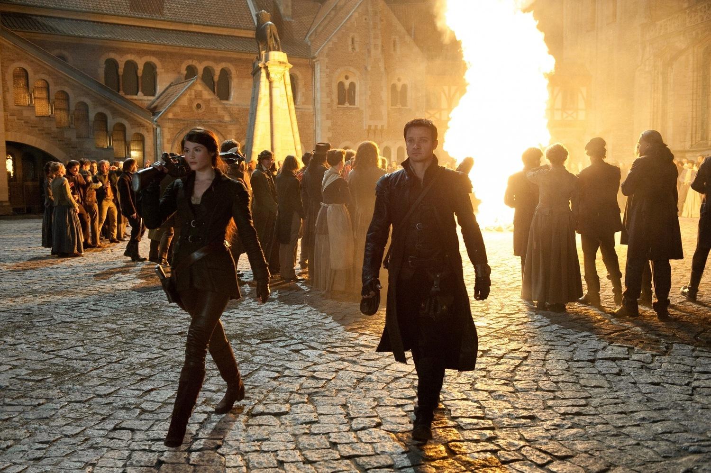 Фильм «Охотники на ведьм» (2012): Джемма Артертон, Джереми Реннер 1500x998