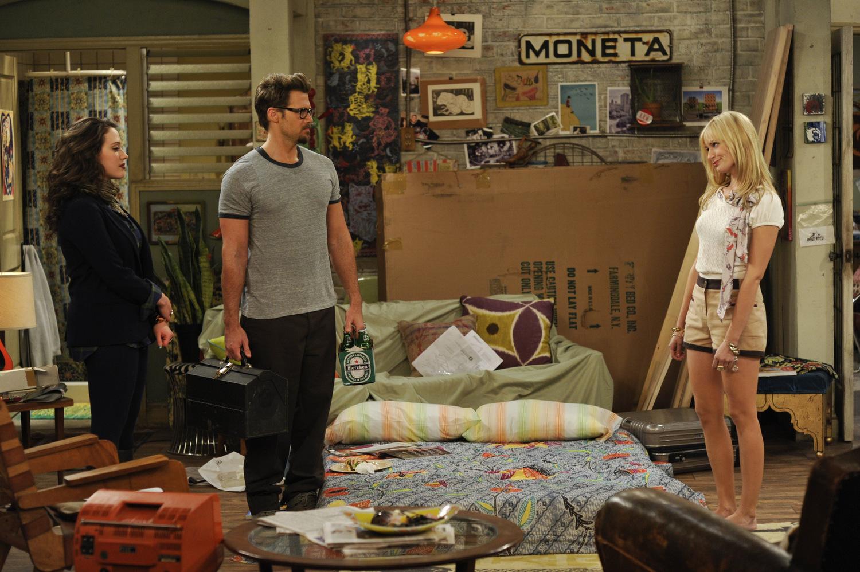 Сериал «Две девицы на мели» (2011 – 2017): Кэт Деннингс, Ник Зано, Бет Берс 1 сезон, 6 эпизод — «И исчезающая кровать» (And the Disappearing Bed) 1500x998