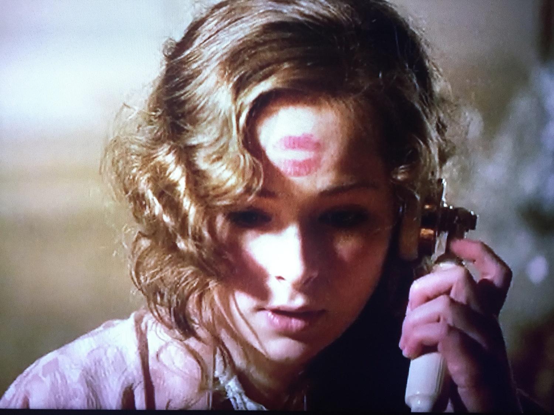 Серіал «Леді-детектив міс Фрайн Фішер» (2012 – 2015): Ешлі Каммінґс 1 сезон, 1 епізод — «Кокаиновый блюз» (Cocaine Blues) 1500x1125