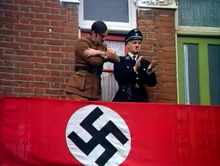 Серіал «Монті Пайтон: Літаючий цирк» (1969 – 1974): Майкл Пелін, Джон Кліз 1 сезон, 12 епізод — «Голый муравей» (The Naked Ant) 720x544