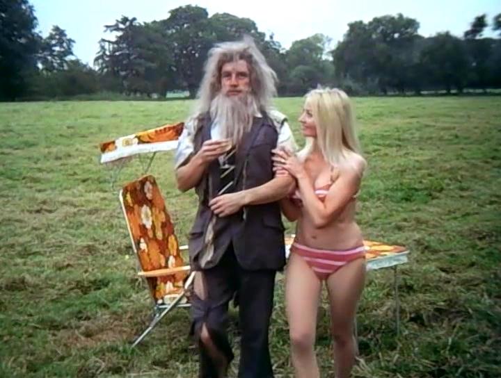 Серіал «Монті Пайтон: Літаючий цирк» (1969 – 1974): Майкл Пелін, Донна Рідінг 1 сезон, 8 епізод — «Полная передняя нагота» (Full Frontal Nudity) 720x544
