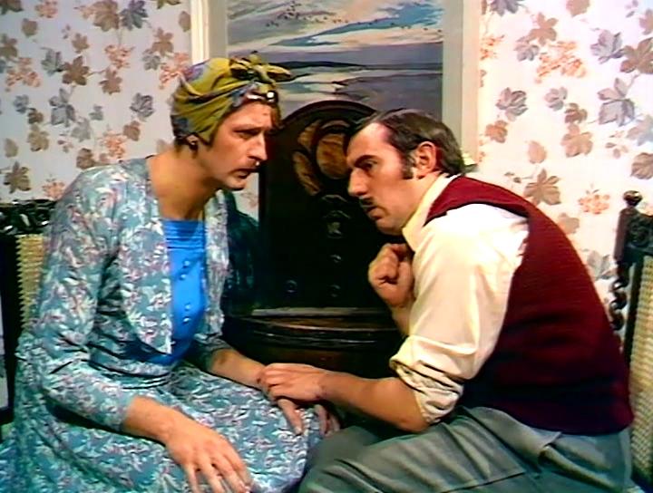 Серіал «Монті Пайтон: Літаючий цирк» (1969 – 1974): Ґрехем Чепмен, Террі Джонс 1 сезон, 1 епізод — «Куда, Канада?» (Whither Canada?) 720x544