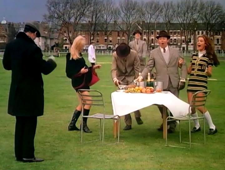 Серіал «Монті Пайтон: Літаючий цирк» (1969 – 1974): Джон Кліз, Террі Джонс 1 сезон, 12 епізод — «Голый муравей» (The Naked Ant) 720x544