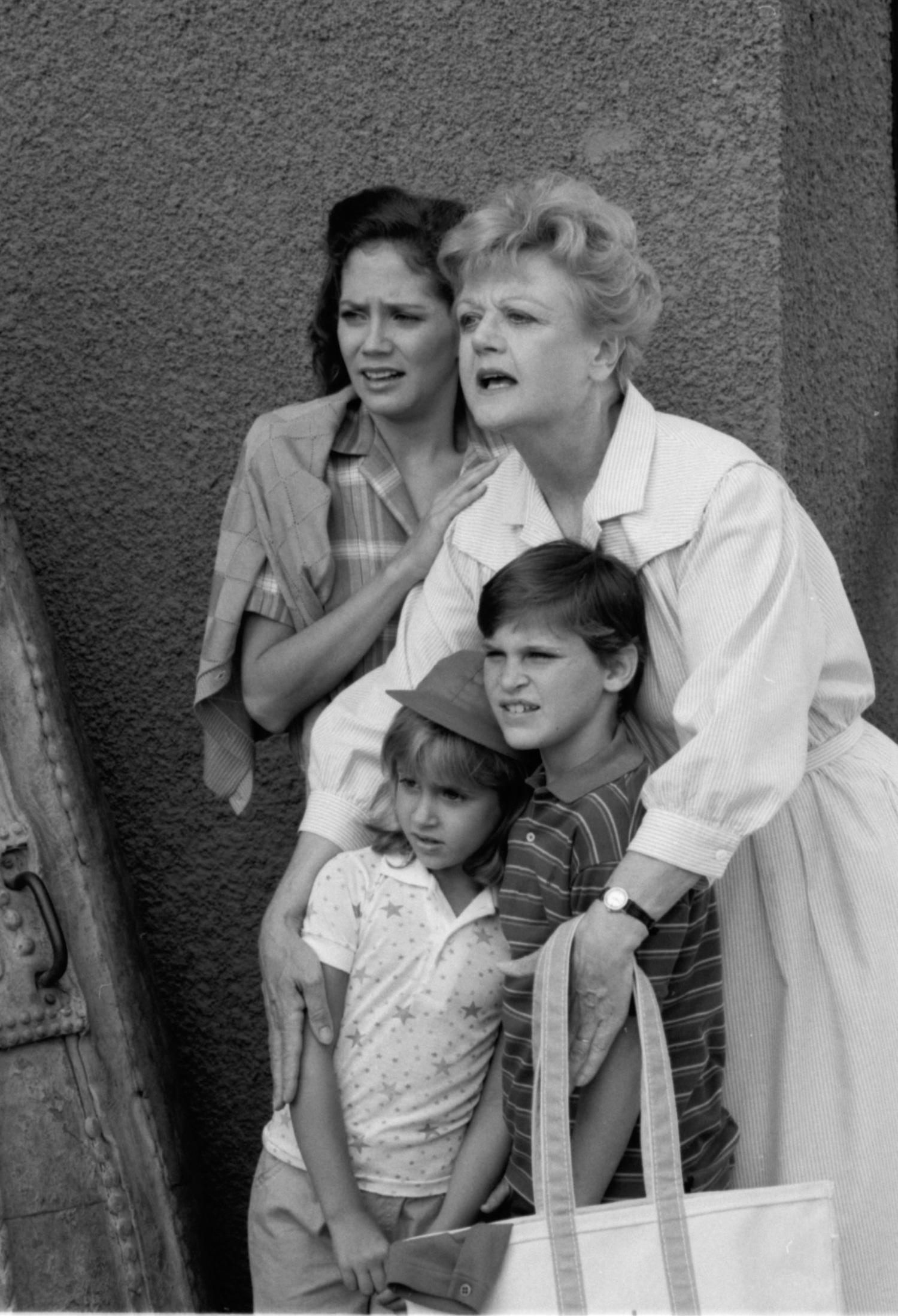 Серіал «Вона написала вбивство» (1984 – 1996): Саммер Фенікс, Энн Керри Форд, Анджела Ленсбері, Хоакін Фенікс 1 сезон, 7 епізод — «Убить и скрыться» (Hit, Run and Homicide) 1500x2196