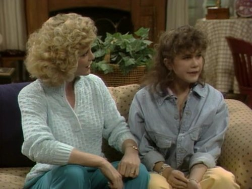 Серіал «Проблемы роста» (1985 – 1992): Джоенна Кернс, Трейсі Голд 2 сезон, 17 епізод — «Jimmy Durante Died for Your Sins» 500x375