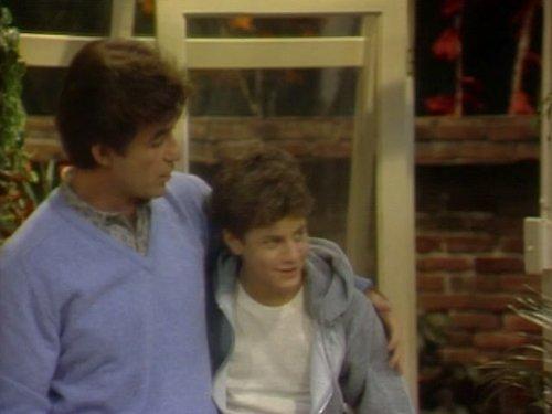 Серіал «Проблемы роста» (1985 – 1992): Алан Тік, Кірк Камерон 1 сезон, 22 епізод — «Extra Lap» 500x375