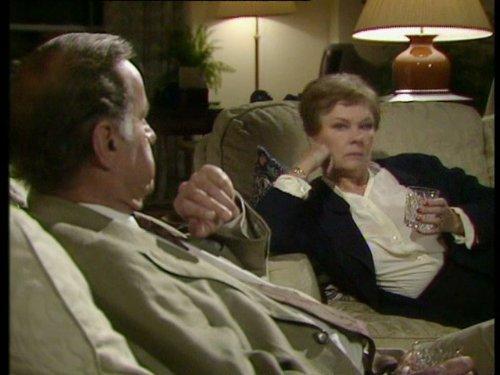 Серіал «Время идет» (1992 – 2005): Джуді Денч, Джеффрі Палмер 1 сезон, 3 епізод — «The Copper Kettle» 500x375