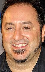 Френк Корачі — Режисер «Співак на весіллі»