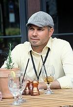 Бен МакФерсон — Режисер «Радіоспалах»