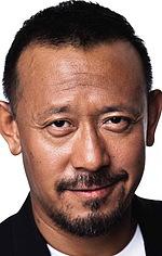 Цзян Вень — Режисер «Дьяволы у порога»